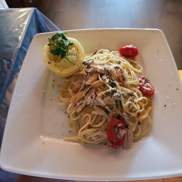 Spaghetti con pomodorini, alici e limone